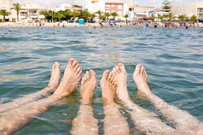 Trois personnes flottant en mer — Photo de stock
