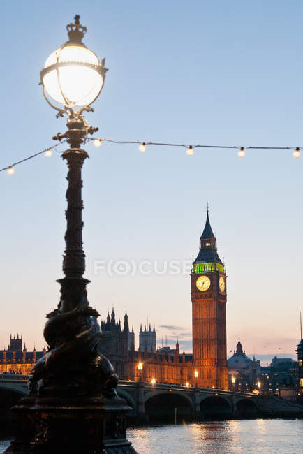 Lámpara de calle y Big ben al atardecer, Londres - foto de stock