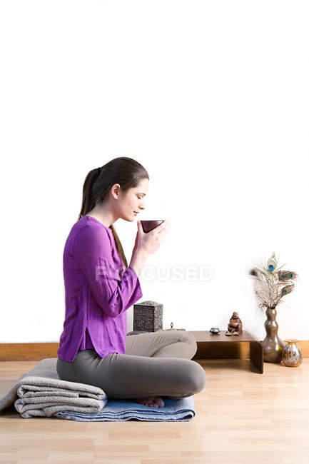 Вид збоку жінка п'є трав'яний чай — стокове фото