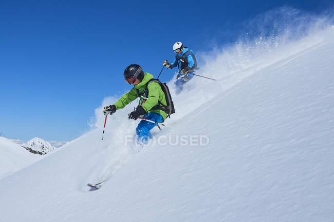 Отец и сын, катания на снежных Хилл, Хинтертукс, Тироль, Австрия — стоковое фото