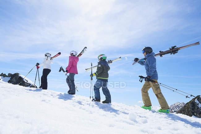 Семья на лыжный праздник, Хинтертукс, Тироль, Австрия — стоковое фото