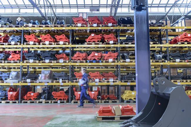 Работник на ходу в складских помещениях на машиностроительном заводе — стоковое фото