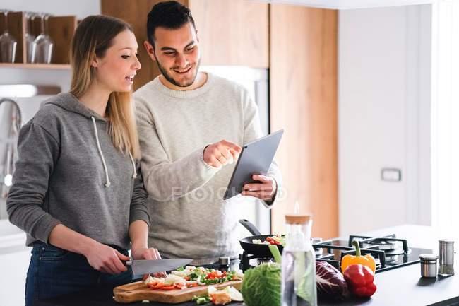 Пара, приготування їжі, використовуючи цифровий планшетний — стокове фото
