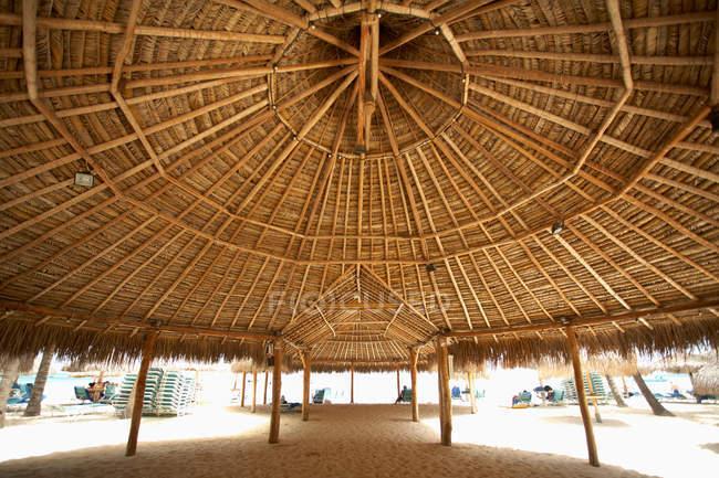 Beach hut on sandy beach, Aruba, Caribbean — Stock Photo