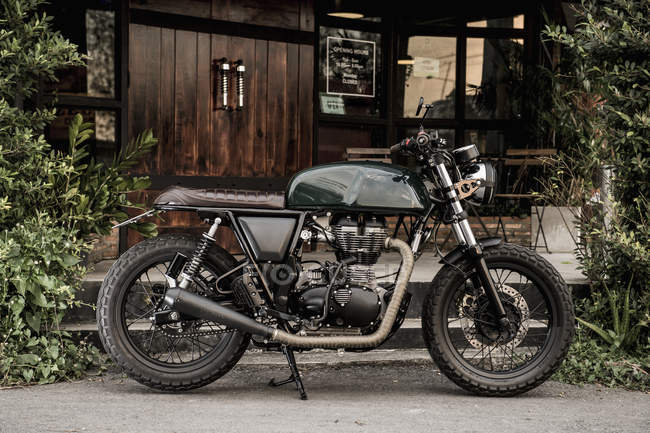 Cafe racer motorbike parked outside custom motorbike and coffee shop, Bangkok, Thailand — Stock Photo