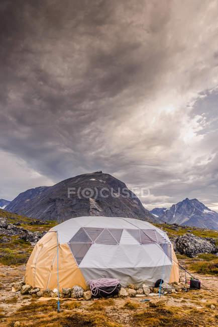 Campeggio a cupola in Tasermiut Fjord in Groenlandia meridionale — Foto stock
