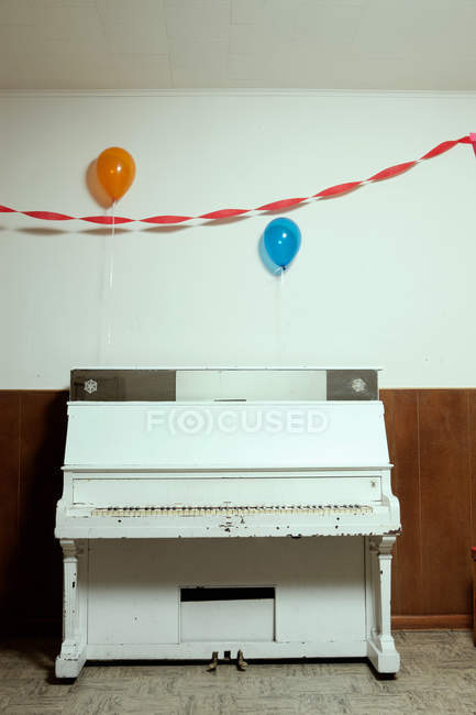 View of piano and party balloons — Stock Photo