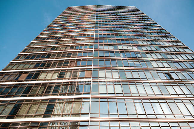 Vista dal basso del grattacielo sotto cielo blu senza nuvole — Foto stock