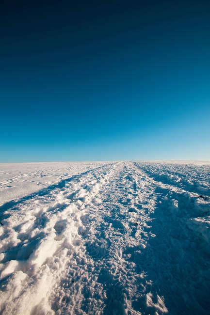 Snowy hill and clear blue sky, Warrington, Reino Unido — Fotografia de Stock