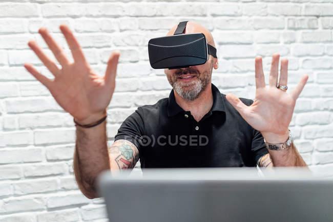 Man wearing in virtual reality headset — Stock Photo