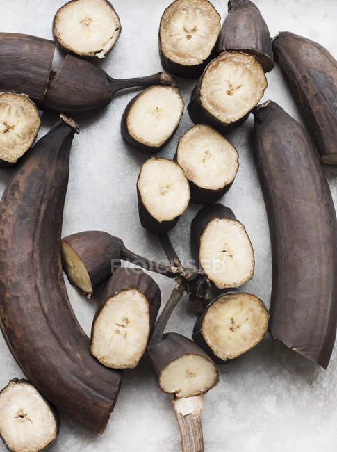 Cerca de descomposición plátanos cortados en pedazos, vista superior - foto de stock