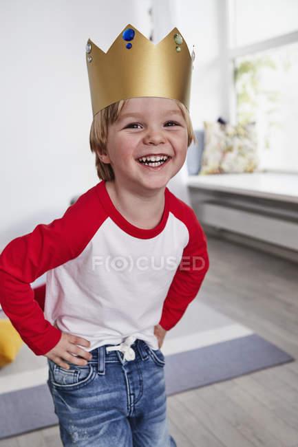 Портрет молодий хлопчик в картонні корони — стокове фото