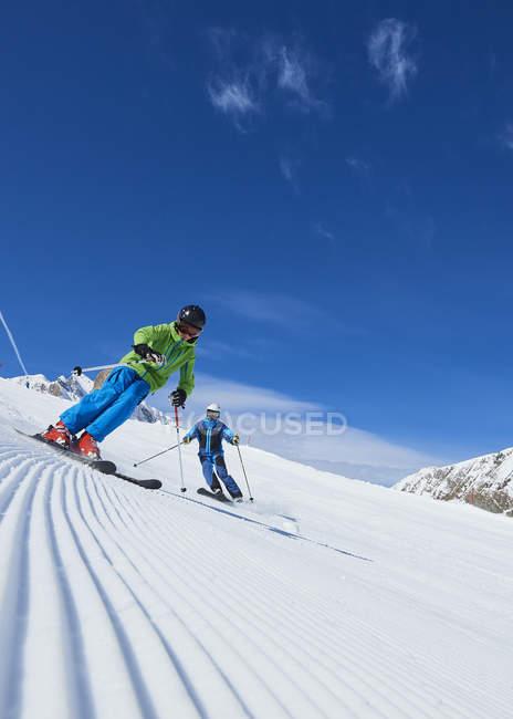 Отец и сын на лыжах на снежные холмы, Хинтертукс, Тироль, Австрия — стоковое фото