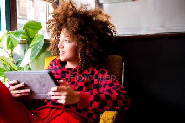 Giovane donna che utilizza tablet digitale in casa — Foto stock