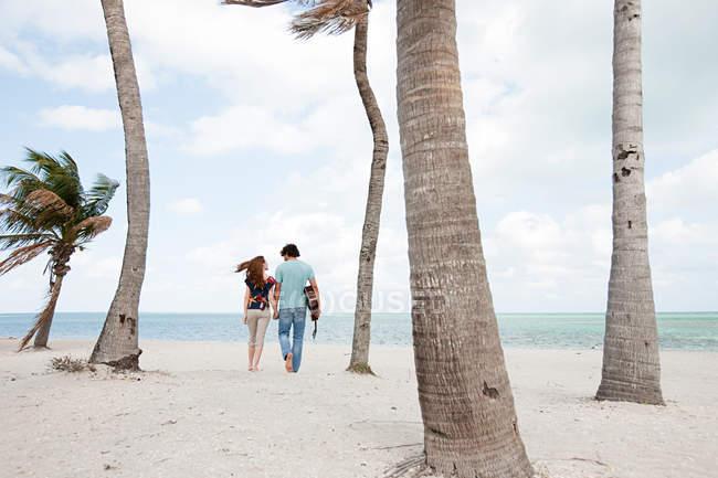 Молода пара, ходьба на тропічні пляжі — стокове фото