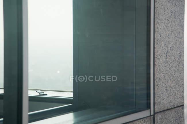 Cellulare sul davanzale bianco della finestra a casa — Foto stock