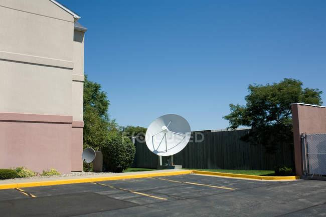Vue de l'antenne parabolique au stationnement, é.-u. — Photo de stock