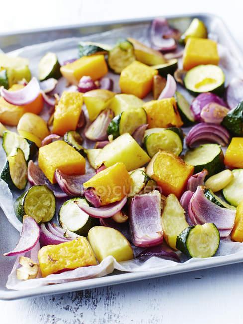 Nahaufnahme von leckeren Braten Gemüse auf Tablett in Küche — Stockfoto