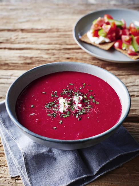Nahaufnahme von leckeren hausgemachten Borschtsch-Suppe auf Holztisch — Stockfoto