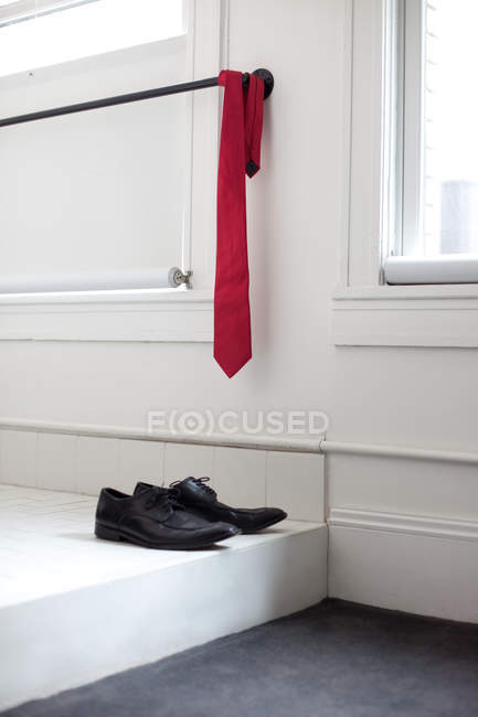 Cravate rouge et la paire de chaussures à la maison — Photo de stock
