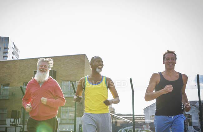 Três homens maduros, correr ao ar livre — Fotografia de Stock