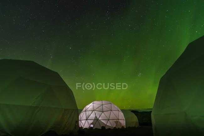 Illuminato tenda a cupola, Aurora Borealis sullo sfondo, Narsaq, Vestgronland, Groenlandia — Foto stock