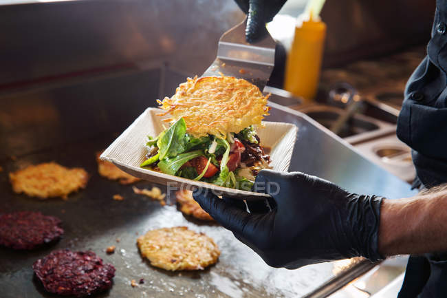 Cook preparing takeaway food — Stock Photo
