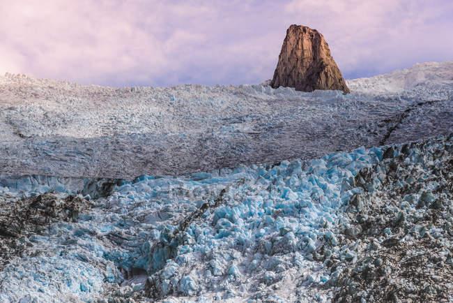 Ghiacciaio nel sud della Groenlandia con roccia al centro — Foto stock
