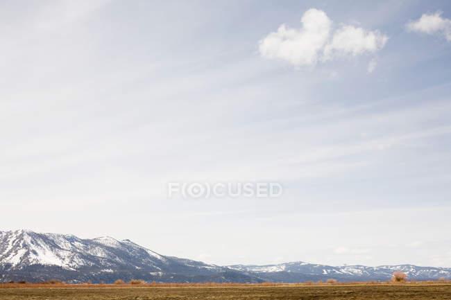 Schneebedeckte Berge und Prärie in Kalifornien, Vereinigte Staaten — Stockfoto