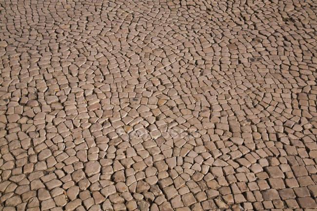 Vista do forro de estrada com pedras marrons — Fotografia de Stock