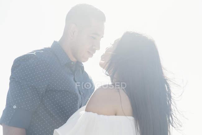 Пара на открытом воздухе, лицом к лицу, глядя друг другу в глаза — стоковое фото