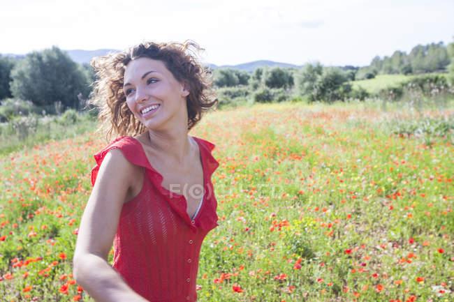 Жінка в Мак полів дивитися вбік і посміхаючись, Пальма де Майорка, Islas Baleares, Іспанії, Європа — стокове фото