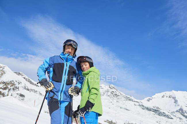 Portrait du père et fils sur des vacances de ski, Hintertux, Tirol, Autriche — Photo de stock