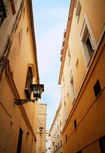 Екстер'єр корпусів у вузькому провулку, Севілья, Іспанія — стокове фото