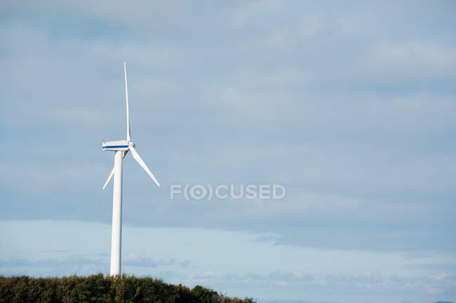 Turbine de vent contre le ciel bleu — Photo de stock