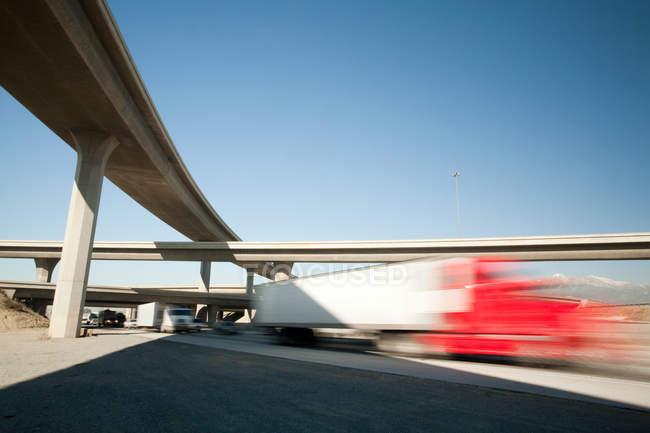 Camions roulant sous carrefour routier — Photo de stock