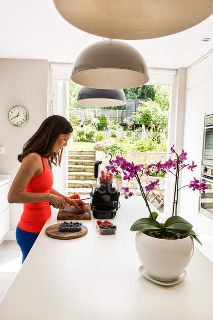 Femme pastèque pour la préparation de smoothie dans un mélangeur à découper — Photo de stock