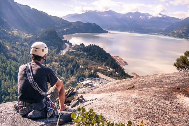 Vista posteriore dell'arrampicatore seduto in cima a The Skaha Chief, Squamish, Canada — Foto stock