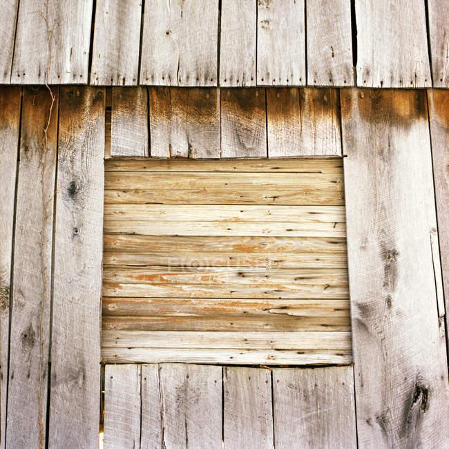 Verlassene hölzerne gealterten braunen Scheune — Stockfoto