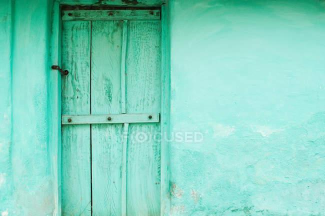 Green wooden door and wall of village house near Mysore, Karnataka, india — Stock Photo