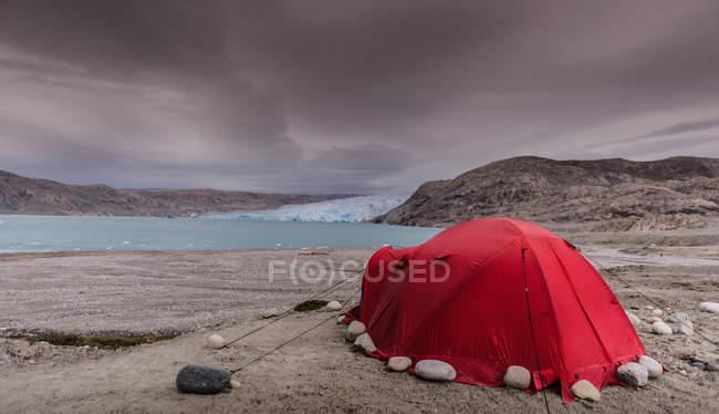 Camping en face du glacier et à côté du fjord dans le sud du Groenland — Photo de stock