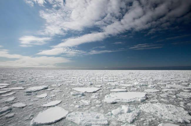 Flottes de neige et de glace dans le lac, ciel nuageux — Photo de stock