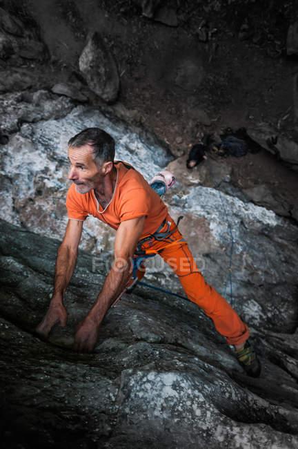 Vista ad alto angolo di arrampicatore su roccia calcarea, Hidden Valley, Cat Ba Island, Vietnam — Foto stock