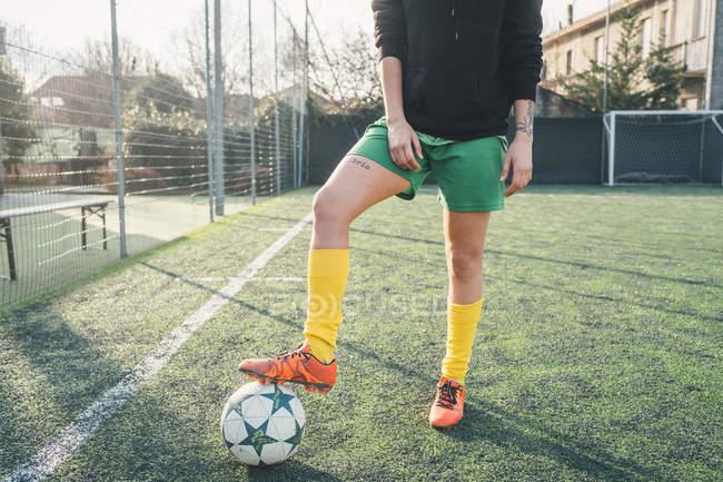 Fußballspieler mit Fuß auf Ball auf Stellplatz — Stockfoto
