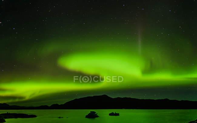 Aurora boreale sopra catena montuosa, Narsaq, Vestgronland, Groenlandia — Foto stock