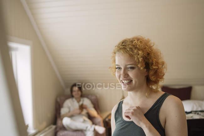Ritratto di donna in soppalco camera sorridente — Foto stock