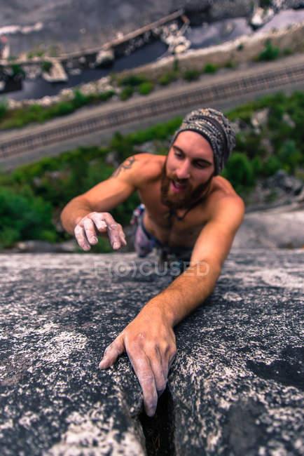 Visão de alto ângulo de Man climbing Malamute, Squamish, Canadá — Fotografia de Stock