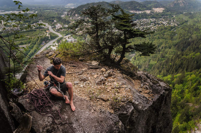 Man sitting on hilltop while traditional climbing at Chief, Squamish, Canada — Stock Photo
