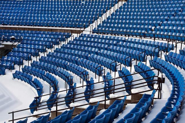 Vista de asientos de plástico azul en el estadio en fila - foto de stock