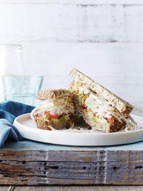 Sandwich mit Avocado und Käse auf der Platte in Küche — Stockfoto